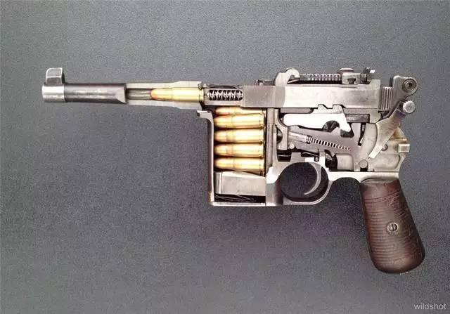 后仓击锤_这把转轮手枪封闭了弹巢与枪管之间的空隙,拉下后部击锤时,枪管下的弹