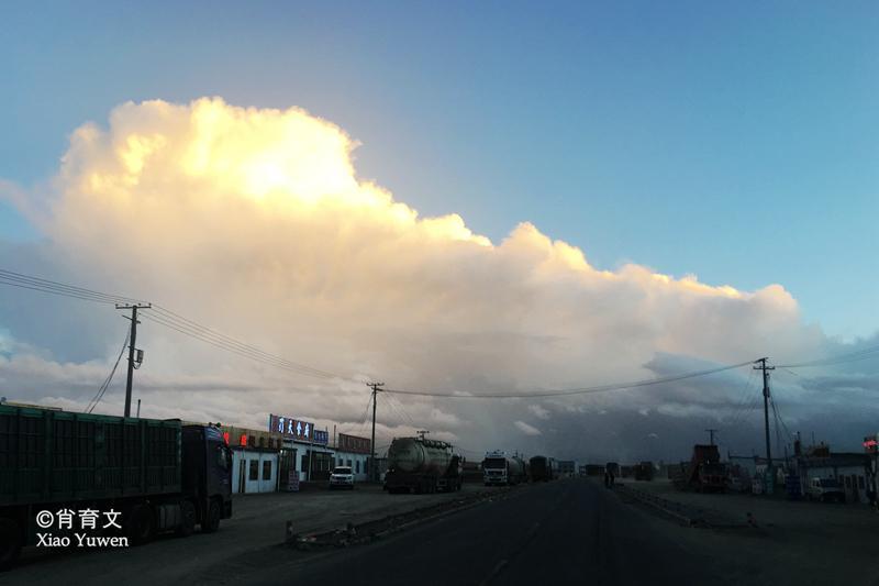 冒雪驰骋在唐古拉山5000多米海拔的高原上,有很强的高原反应