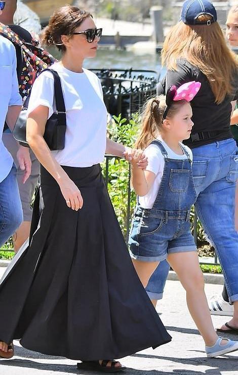 小七真的長大了!和媽媽維多利亞手拉手,逛迪士尼公園圖片