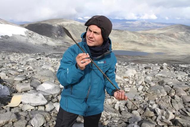 挪威的冰盖融化后,考古学家发了一只1400岁的箭