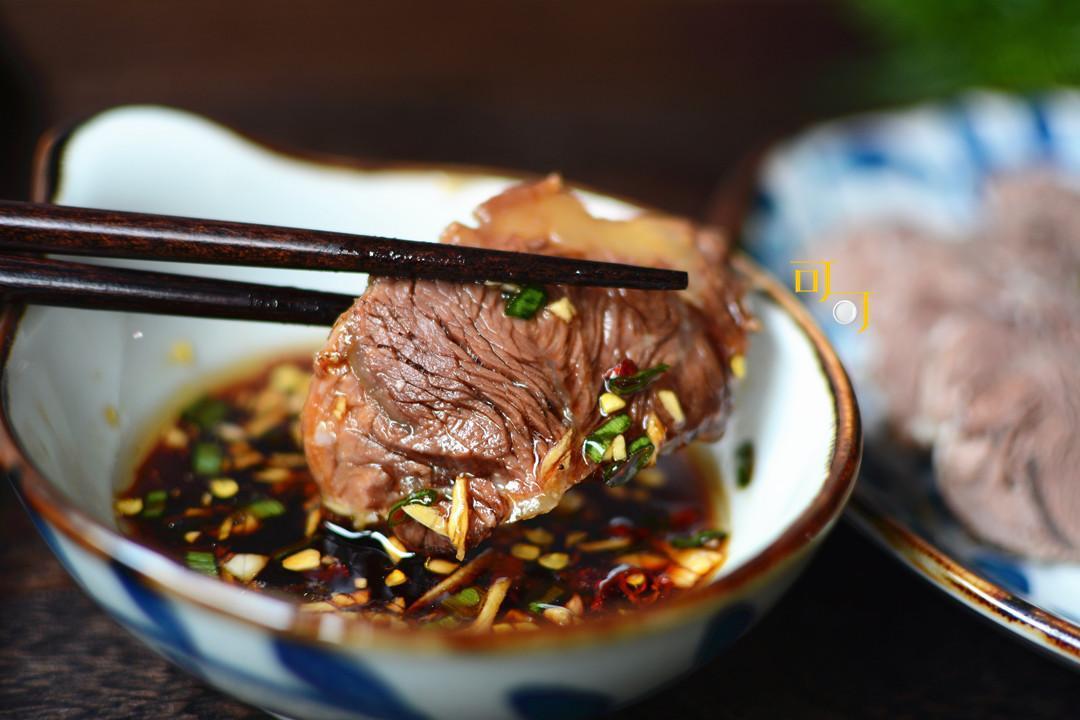 好吃的白切牛肉这么煮最香 配个蘸汁就可以了!切得薄有窍门