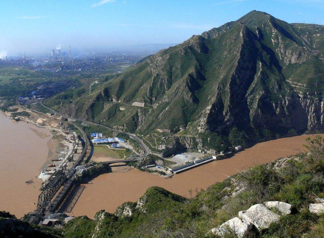 黄河晋陕峡谷南端,鲤鱼跳龙门说的就是这地方,大禹在这挖错了河