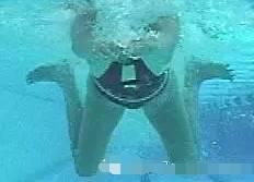 蛙泳翻脚的原理_2、外翻   外翻是蛙泳收腿与蹬水之间的连接动作,通过向外翻脚可以增大对水面为蹬水创造有利条件.