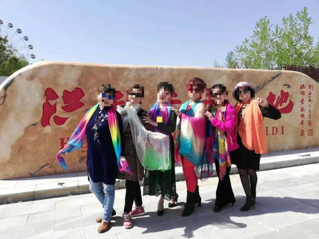 一个人摆拍造型_为什么中国大妈拍照时热爱挥舞丝巾|大象公会