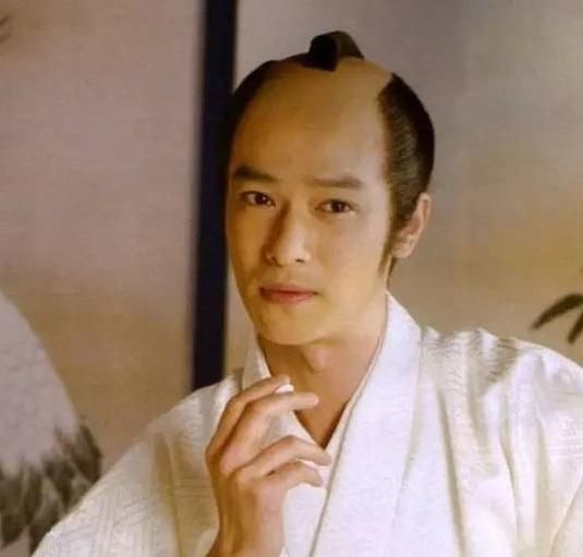 诸位看过日本古装剧的人,想必第一次见到日本古代男人那奇葩的发型史