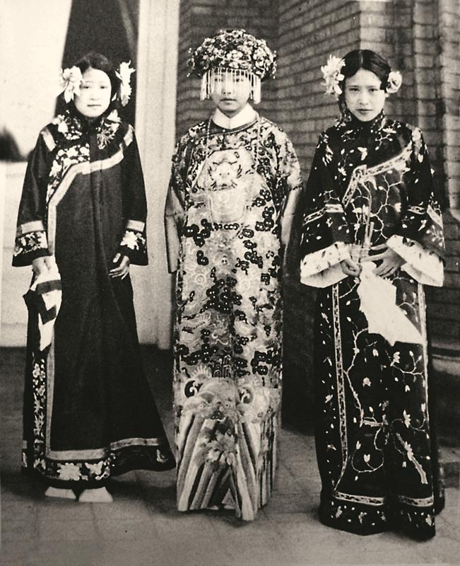 3,扮演清朝满族皇后(罗怡凤小姐)和宫中的嫔妃(梅盖娜小姐和施娜拉图片