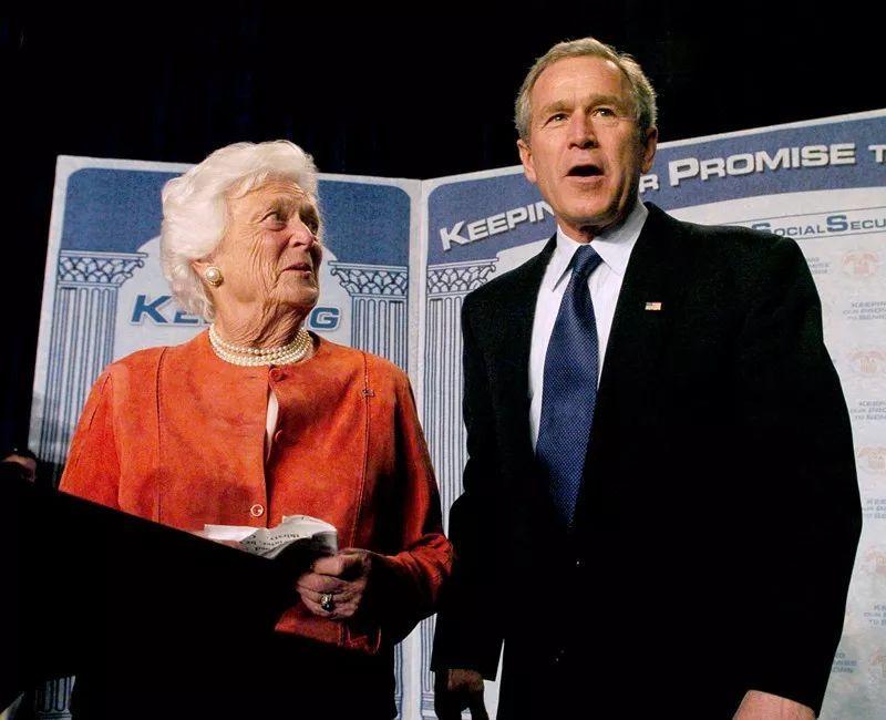 """老布什夫人芭芭拉去世:早恋、辍学、自嘲是美国所有人的""""祖母"""""""
