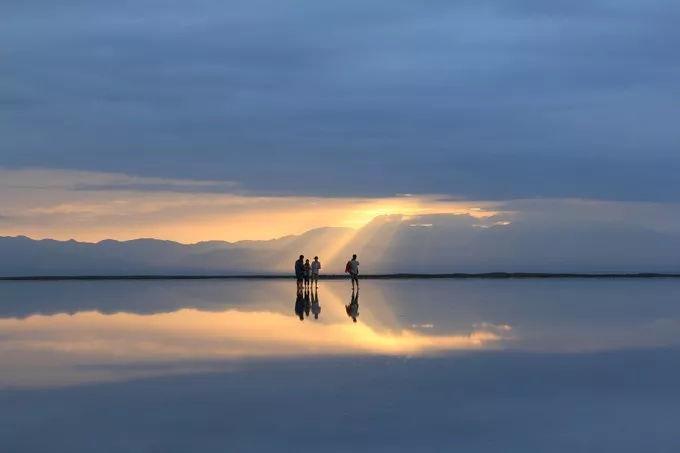 �Oy_摄影/王驩 赤脚在湖面上漫步 脱掉鞋子袜子,毫无保留地踩进湖里,无论