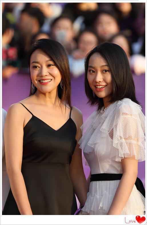 闫妮秀迷人后背凸显小性感 47岁的她颜值身材居然不输女儿