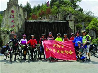 沈阳12名老人骑单车游贵州 平均年龄68岁