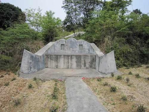 """文化 正文  """"椅子坟""""是流行于浙江温州农村的一种坟墓样式,由于这种图片"""