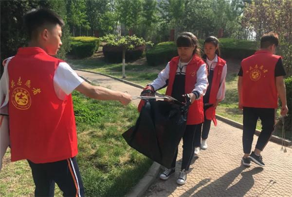 泊头市志愿者捡拾运河景观带内垃圾 为保护美化运河做贡献