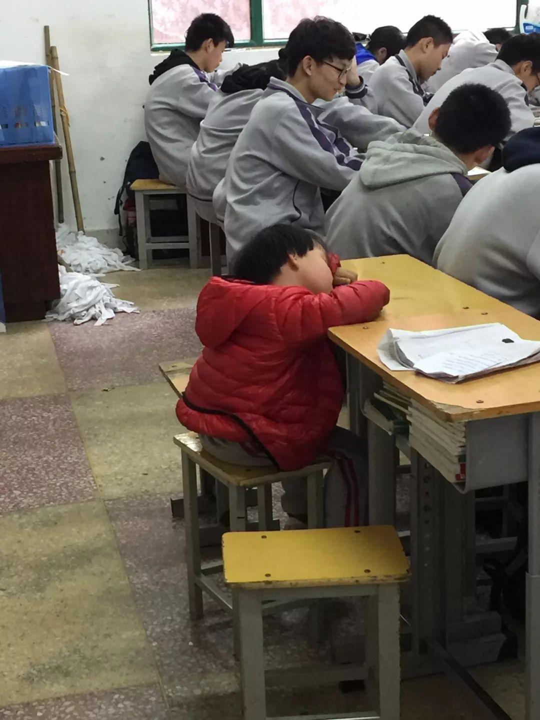 4歲女孩在媽媽教室後面課桌上趴着睡着,有多少「老師家的孩子」被忽略?