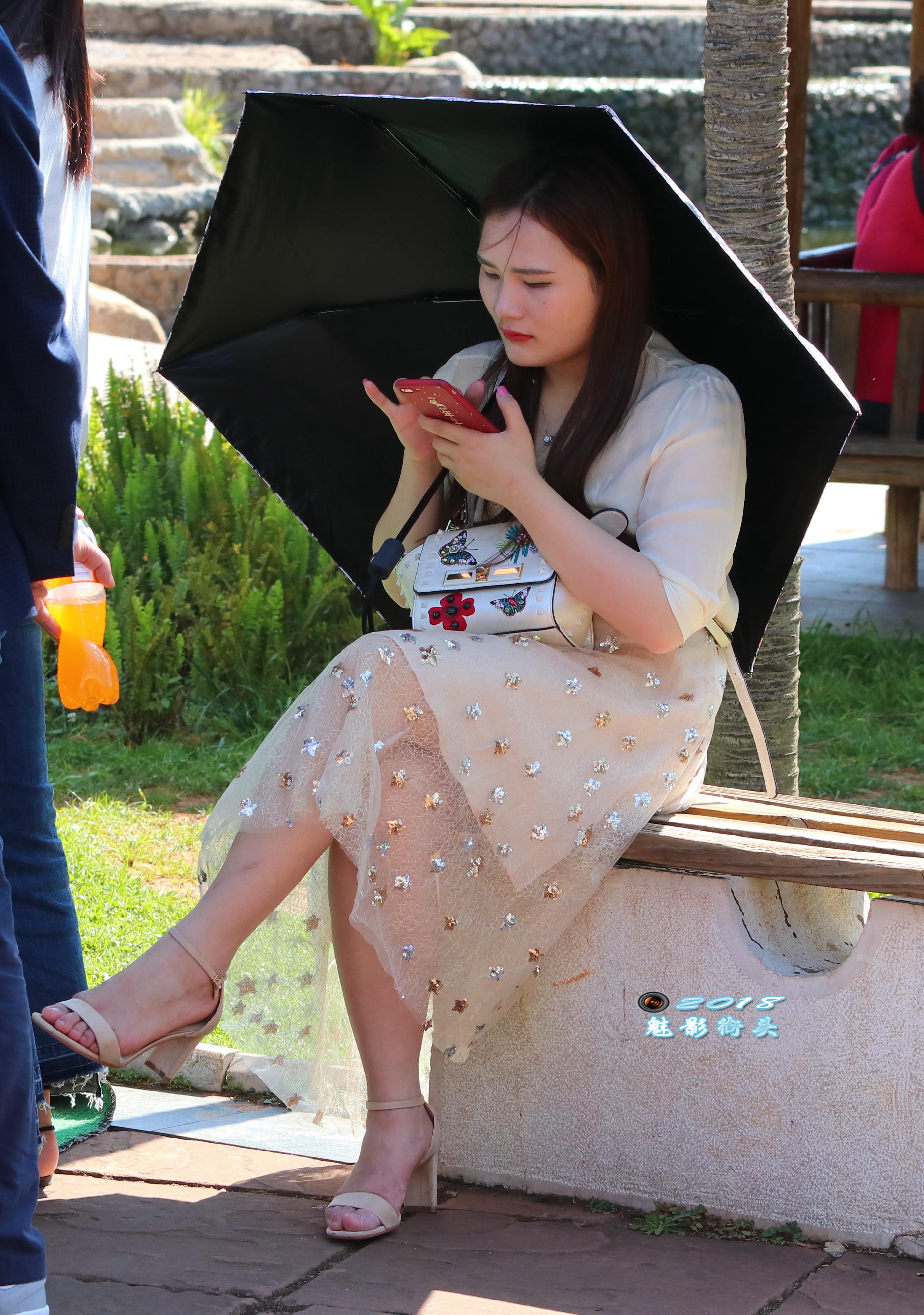 美女被插删除删除_坐在椅子上休息的美女翘着二郎腿,薄纱裙下的美腿非常