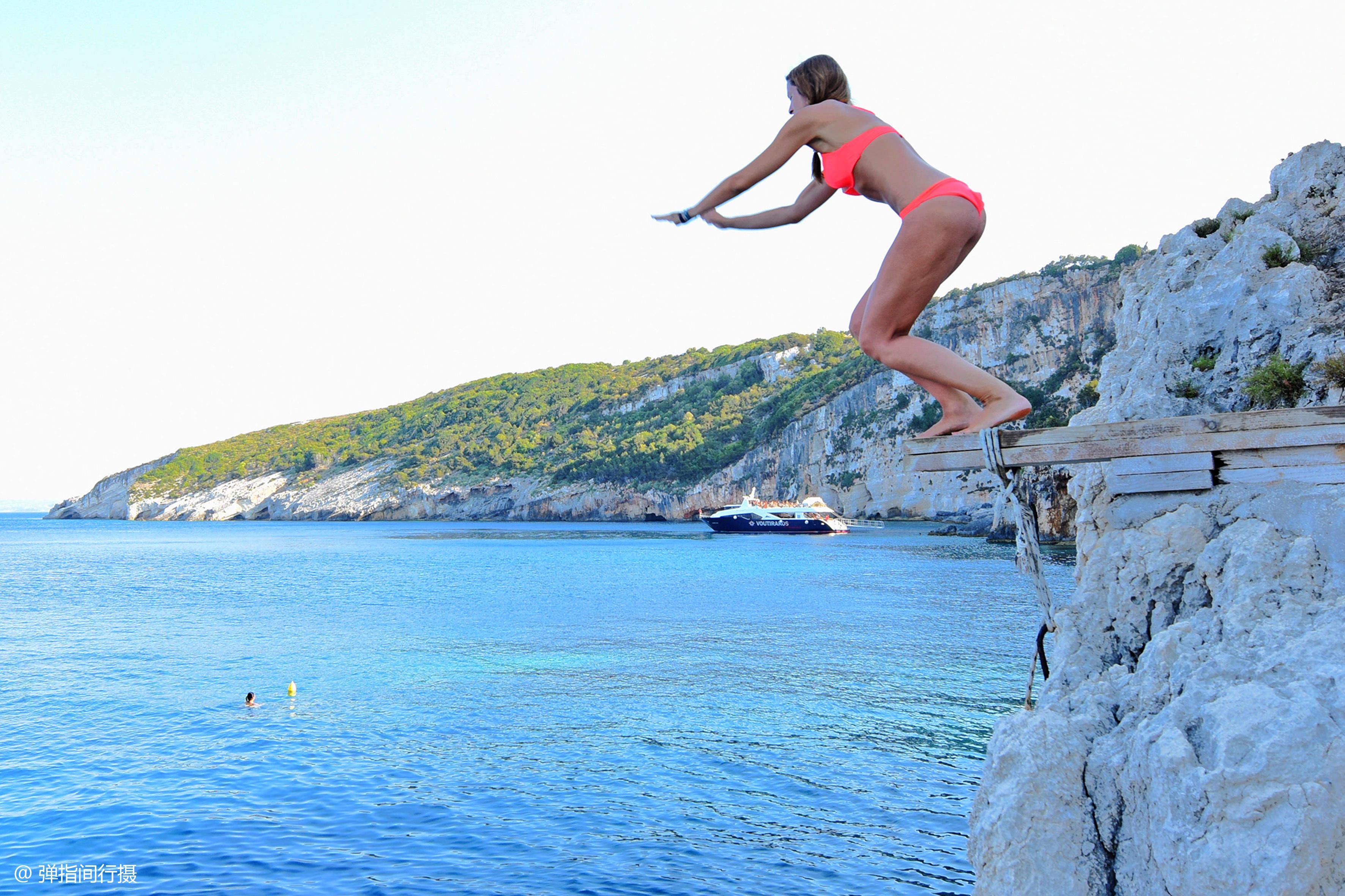 希腊10米高的海边悬崖,父亲对孩子说:跳下去!老外教育果真不同