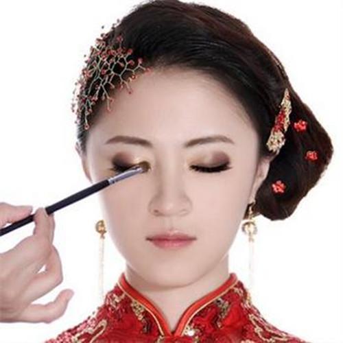 新娘妆眼影颜色搭配_6,眼影 新娘需要刷上带有喜庆的眼影,表现出新娘的柔美,眼影最好选择
