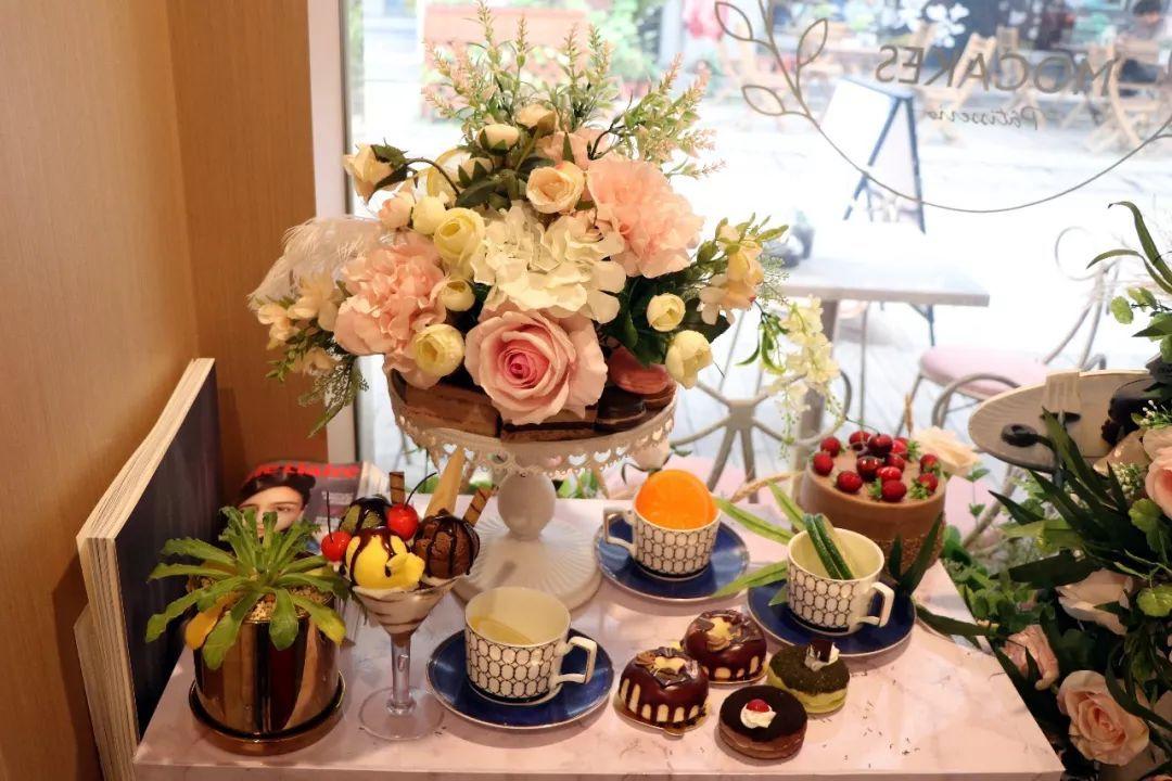 店里的橱窗上也特意摆上鲜花和下午茶模型,十分符合主题.图片
