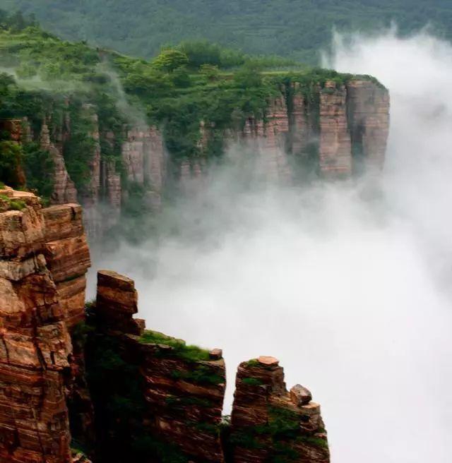 太行山中一个村落美如画,位于海拔1000米的半山腰,上下皆悬崖峭壁!