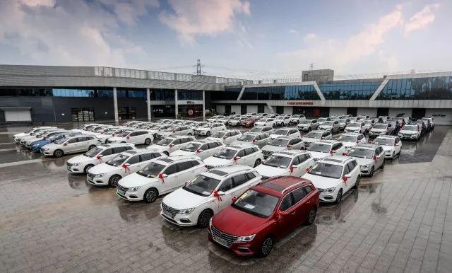 开启中高端新能源汽车市场上汽荣威在京举办千人交车仪式