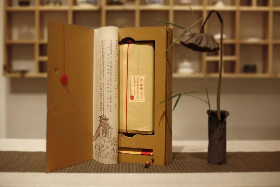 结构设计上采用书籍方式,传统手工线装结合,瓦楞纸材质,使整个包装在