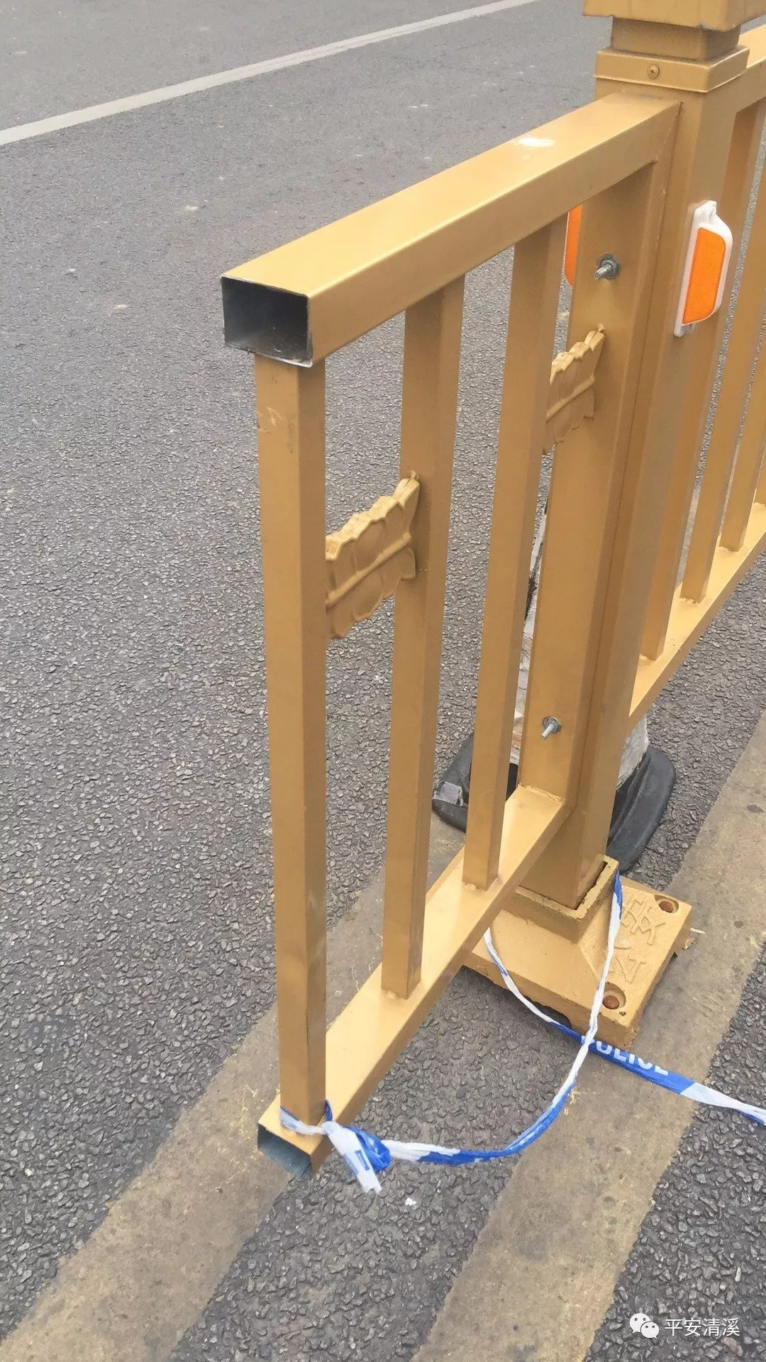 怕妻子太辛苦,男子两次锯马路护栏 网友:宠妻还有这种操作?