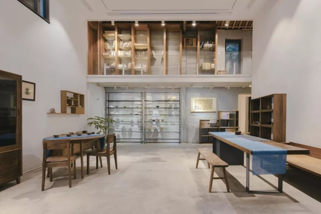 进门是展厅空间,隔壁是先生的陶艺工作室, 来访者可以一边茶歇,一边