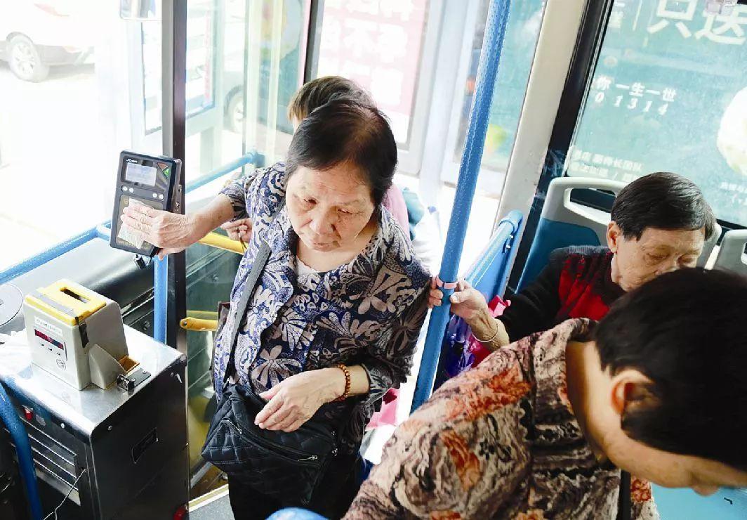 年满65周岁可免费乘坐公交车,惠州老人快来办理!