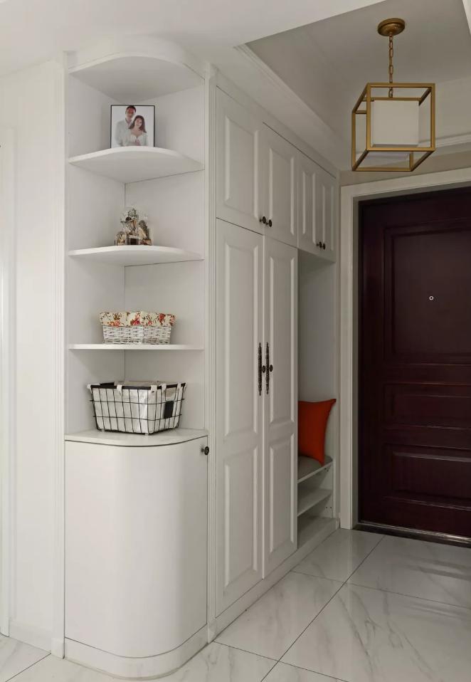 入户木作系统储物柜,兼具换鞋凳,衣帽钩,鞋柜等功能转角弧度设计让