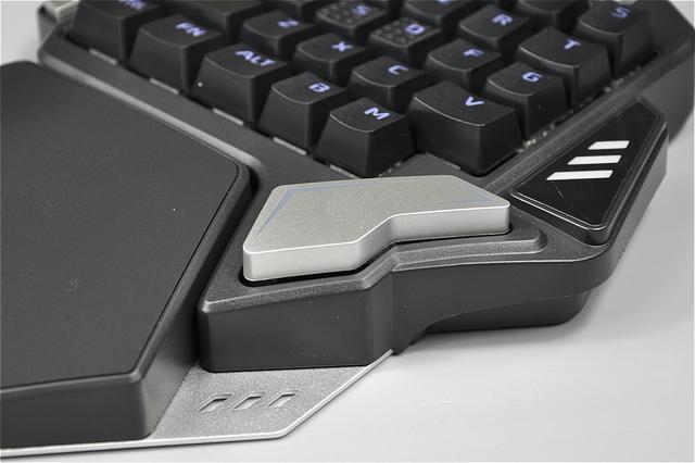 这枚异形空格键是我不大喜欢它的地方,同样是box轴,卫星轴设计,手感偏