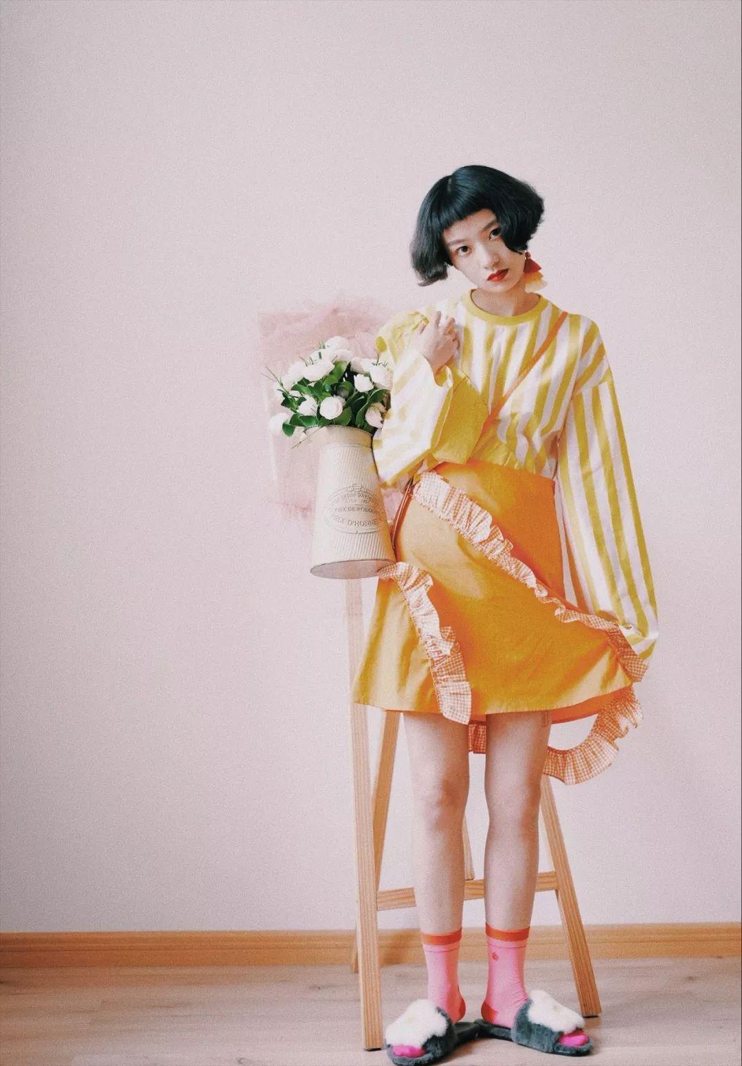 """时尚 正文  """"衬衫的材质非常新颖,像用折纸为自己做了一件上衣."""