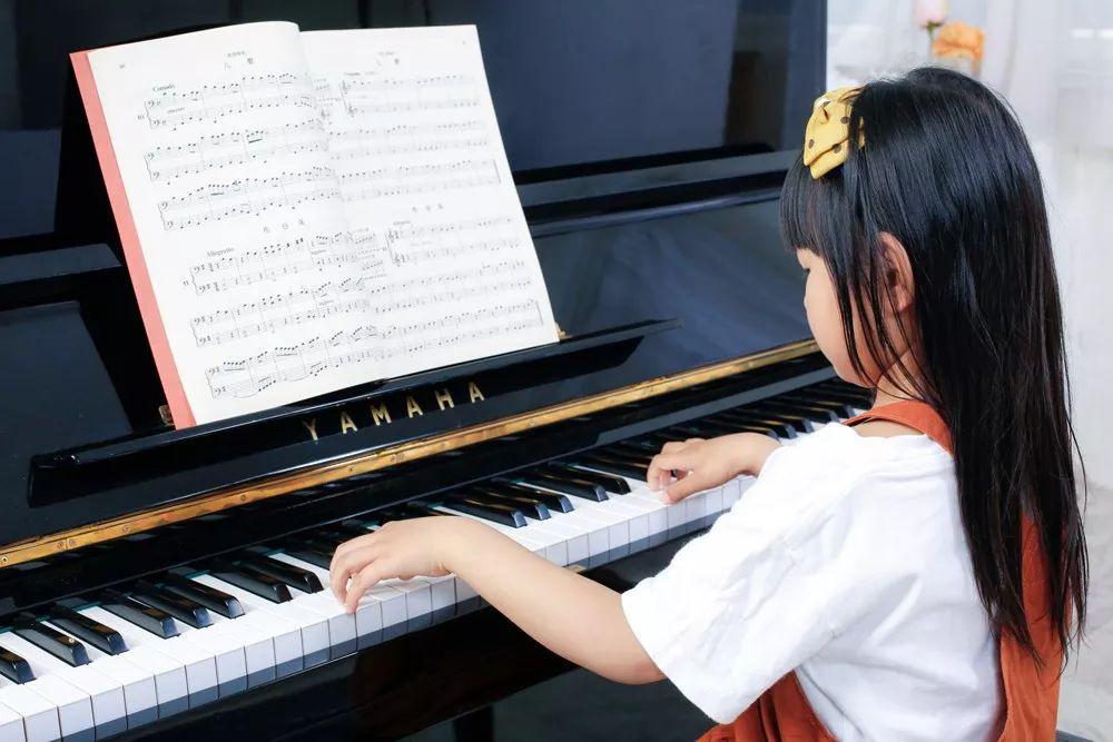 9岁女孩坚持学英语弹钢琴6年:我不想学时, 妈妈