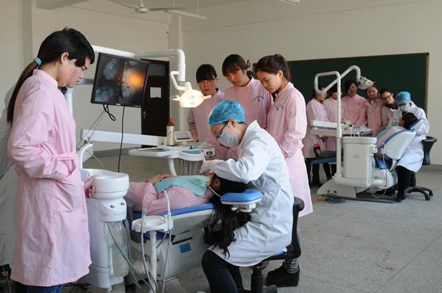 中专毕业想学医选择口腔医学还是临床医学好?