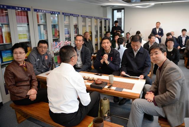 嘉宾在北京冬奥组委冬奥主题图书馆内品茶读书(王晓溪 摄影)