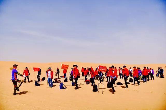 美女掰阴�_突破与协作 | 千年人腾格里沙漠徒步锲而不舍见浩瀚