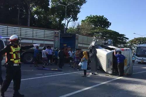 3月23日 泰國 一輛載有16名中國游客的旅游巴士在普吉府遭遇車禍,4人圖片