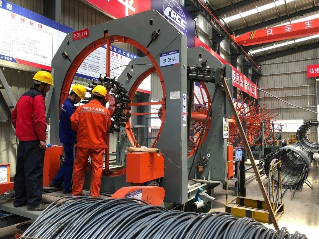 工地车间内,智能化钢筋笼加工机器在作业.南京日报全媒体记者 葛妍摄