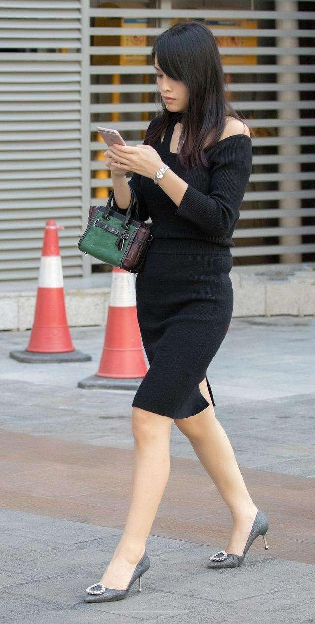 时尚街拍美女:黑色针织后开叉连衣裙搭配银灰色高跟鞋的美女!