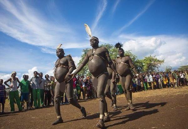 原始女人_非洲最后的原始部落:女人嘴大如盆,这里的男人\