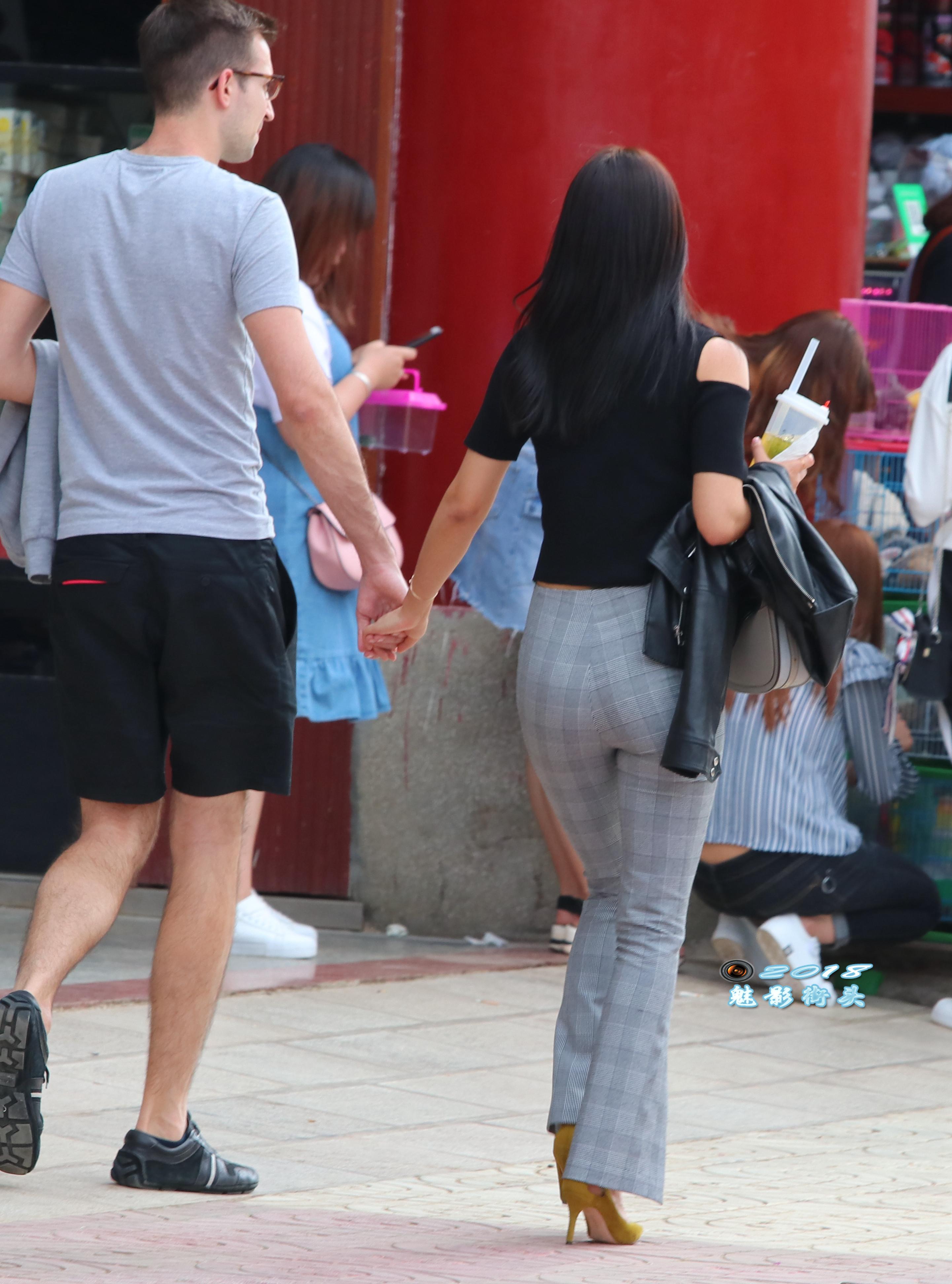 美女被插删除删除_穿格子喇叭裤的美女身材不错,细腰,翘臀,长腿,背影迷人