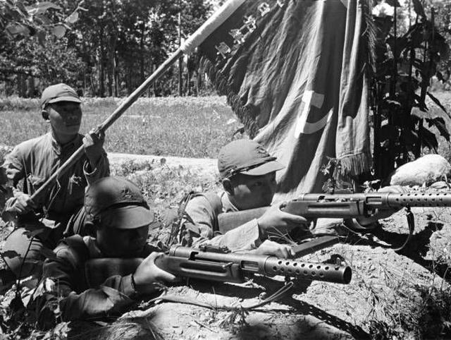 小米加步枪什么意思_这支八路军很特别,不是小米加步枪,而是人手一支冲锋枪!