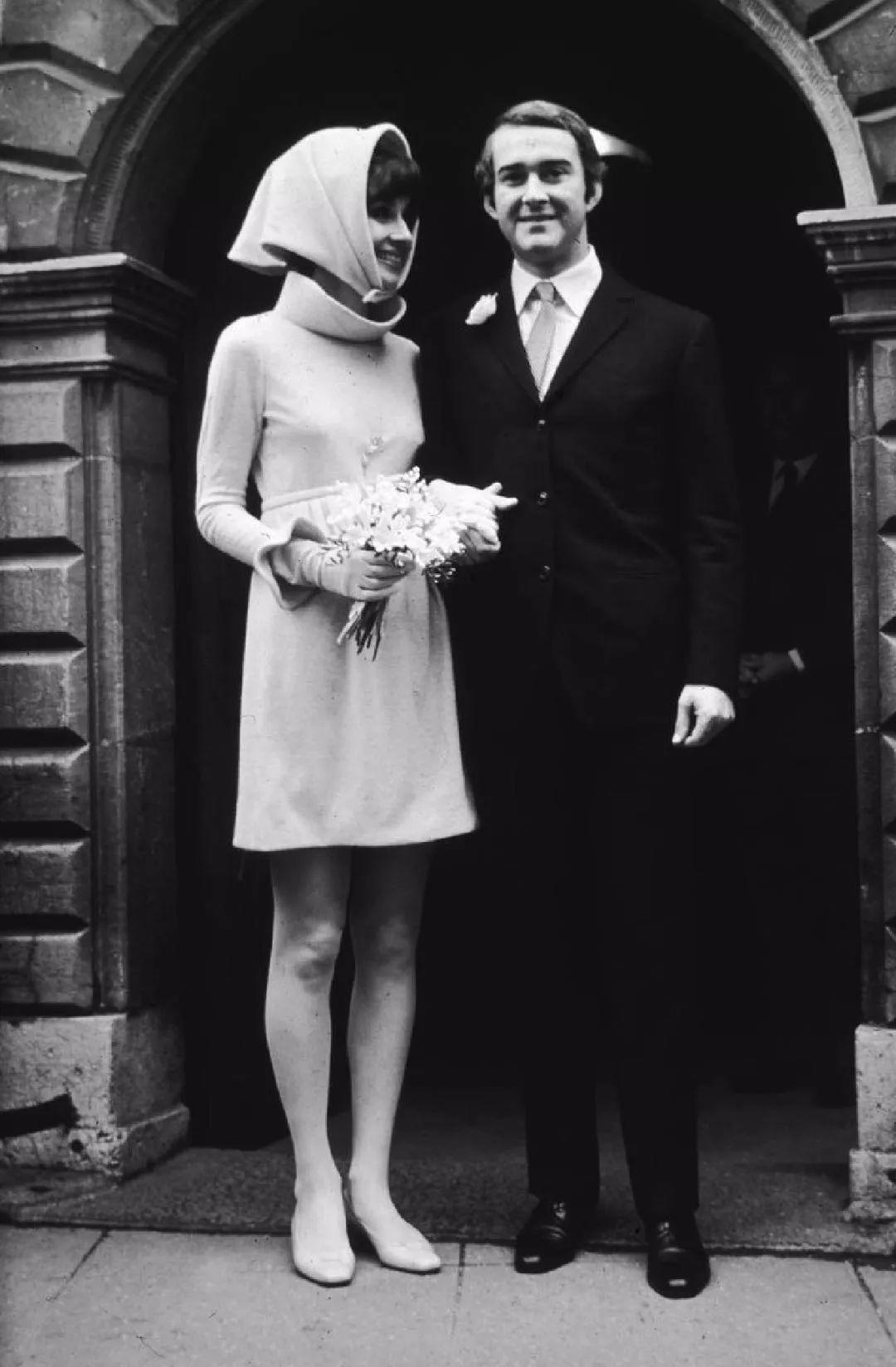 西服、帆布鞋、连体裤?拒绝白婚纱,你的婚礼你做主。