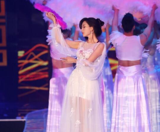 林志玲穿热辣红裙现身活动,中途又换了透视装,贴身衣服若隐若现