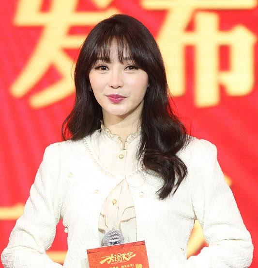 柳岩平时一般都是这种发型,37岁的她空气刘海减龄了不少.