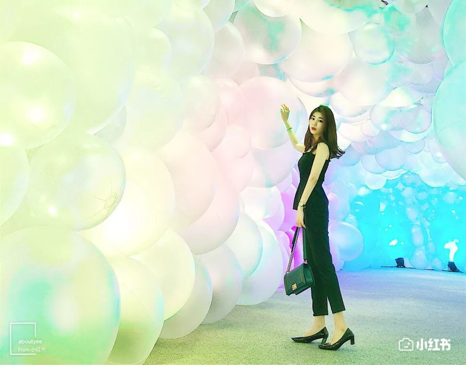 气球随着灯光不断变换颜色,咔嚓一张,你就是最美的小仙女!图片