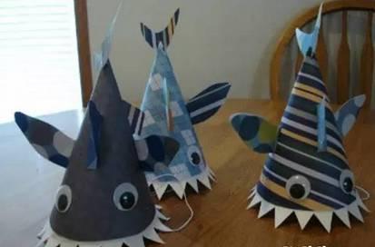 少儿手工diy制作卡纸鲨鱼帽 将卡纸按照上图剪好,包括身体,牙齿,鱼鳍