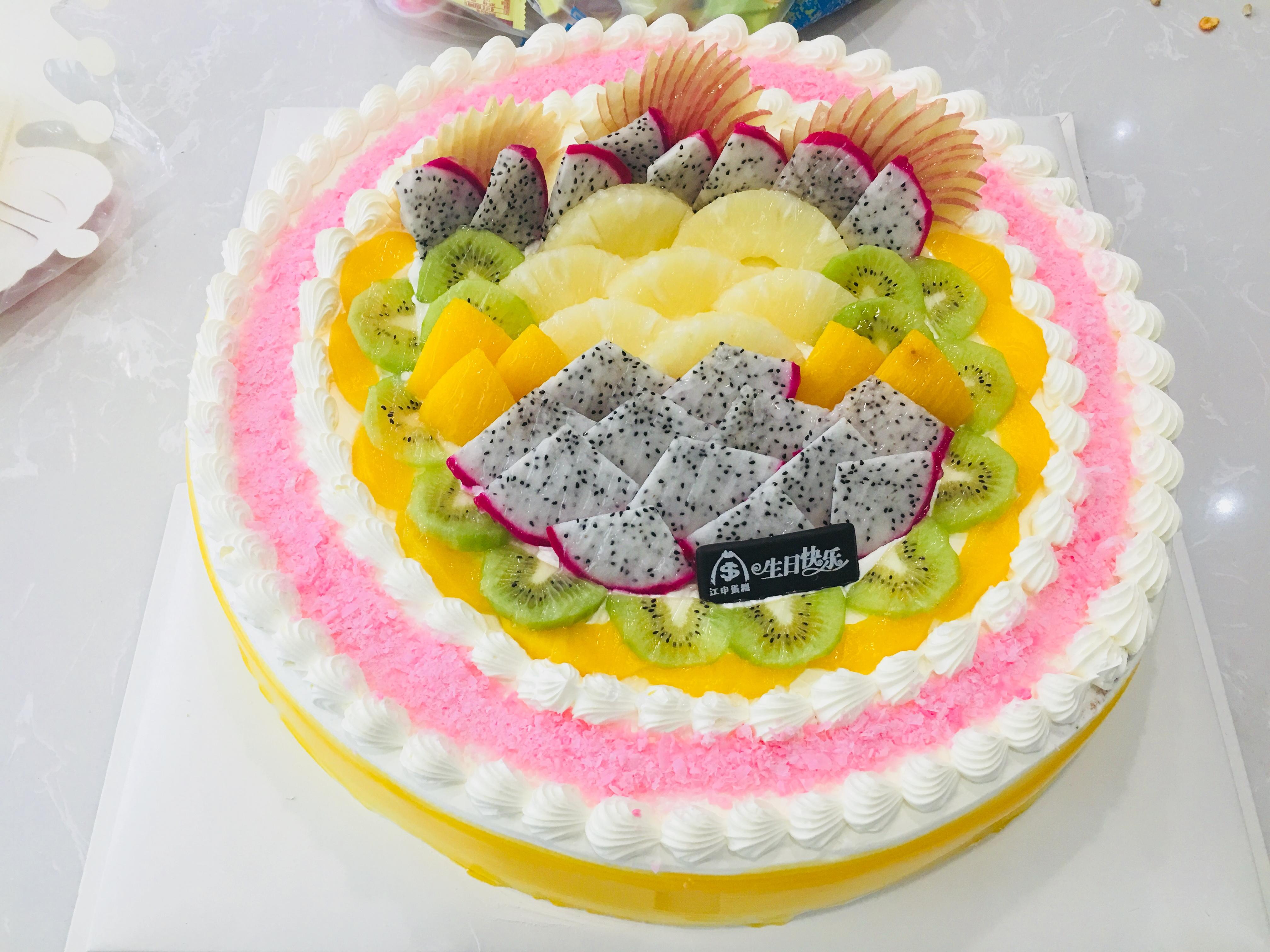 看看这个漂亮的大蛋糕,还有一袋子的零食和水果,是不是看起来都很幸福