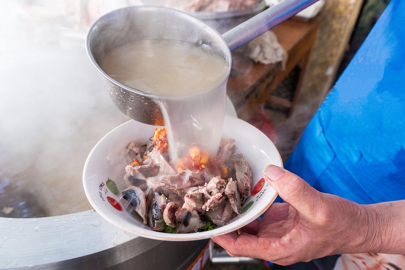 绵阳吃羊肉汤的地方_山东小镇这碗羊肉汤 一碗汤半碗肉吸引城里人开车来品尝