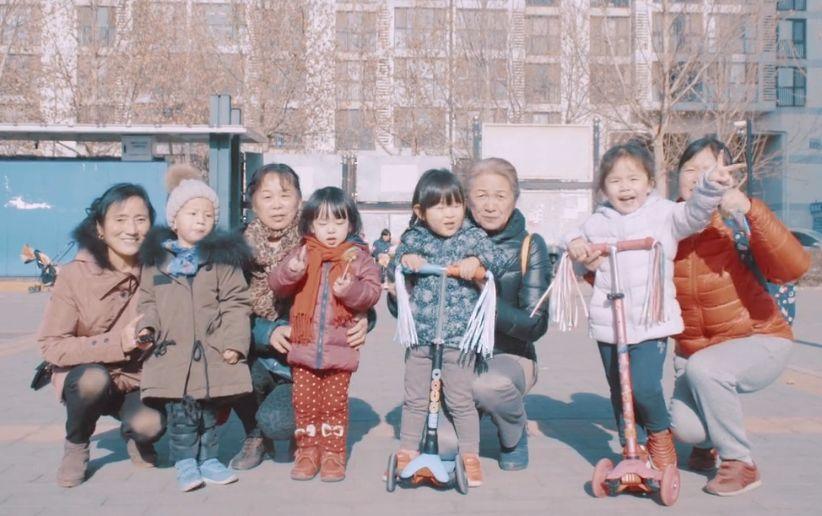 中国1800万老漂族的孤独:放不下的儿女,回不了的家