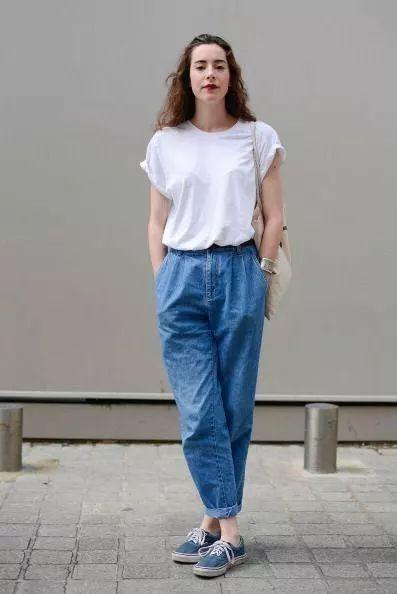 同样是一个超级简单的方法,卷上袖边就能让t恤的时髦指数蹭蹭上窜,为