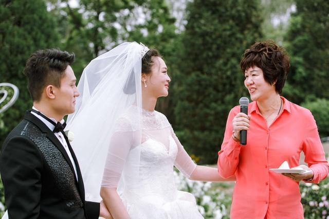 央视著名主持人张斌担任婚礼主持人,郎平和丈夫王育成携正在封闭集训